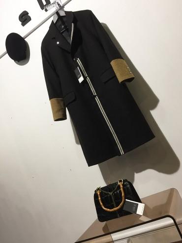Manteau lainage gris foncé et poignets coloris miel