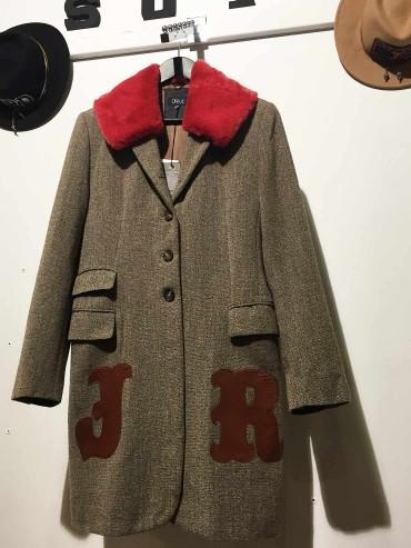 Manteau lainage beige foncé et col en fourrure rouge