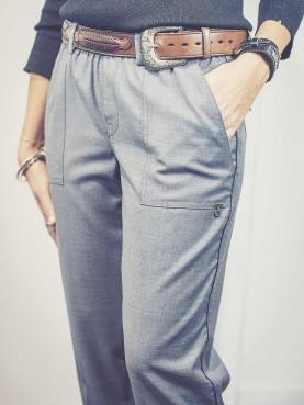 Pantalon gris à poches plaquées