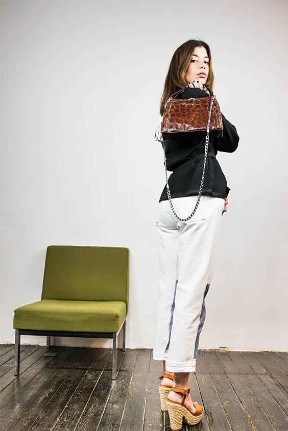 look chic veste kimono courte ceinturee, jean avec empiecements et sac croco vintage