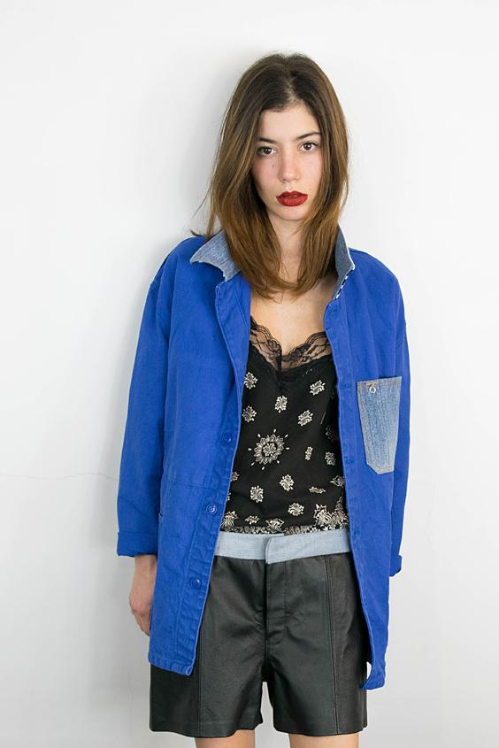 Veste workwear transformée en veste chic l'upcycling s'étend au short en cuir vintage et au top bandana noir