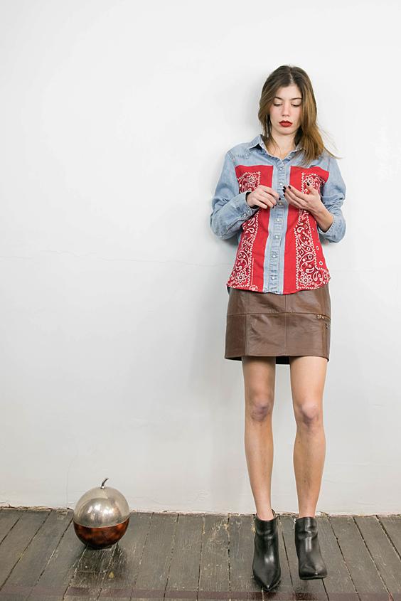 chemise denim vintage recoupee avec empiecements devant bandana et jupe cuir marron patchee