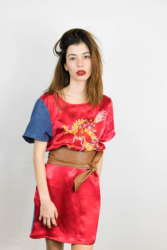 Robe faite avec un kimono japonais pour le devant de la robe et le dos en denim léger recupéré sur des chemises