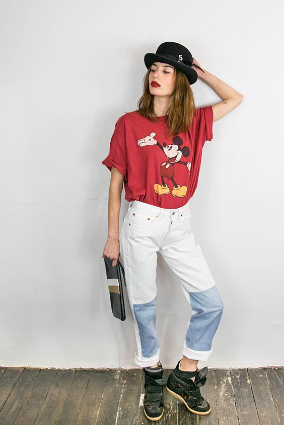 chapeau melon, tshirt mickey vintage et jean recoupe avec empiecements denim plus fonce