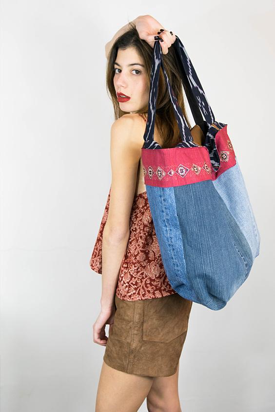 Look féminin upcycle top imprimé foulard mini-jupe cuir daim marron vintage et sac réalisé avec différents matières récupérées