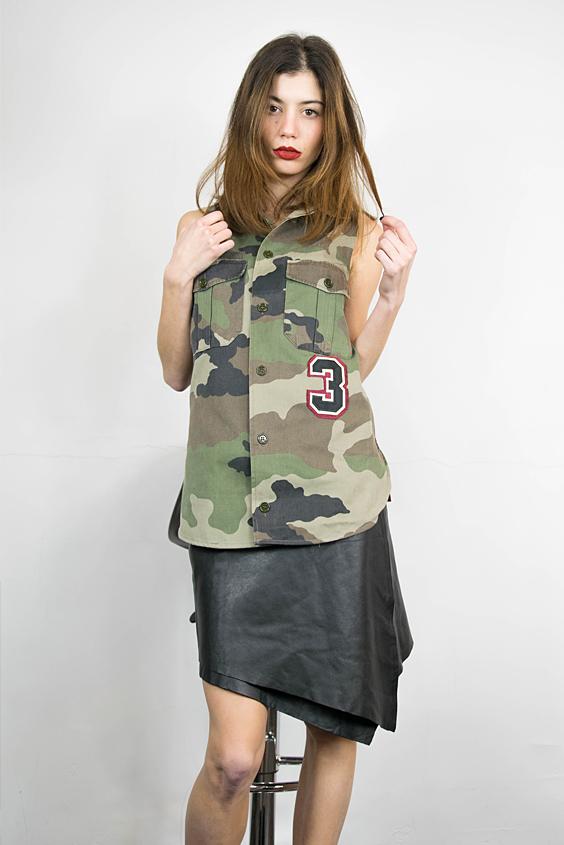 Chemise army camouflage sans manches taillee dans une chemise homme, féminisée, réalisée dans le respect du savoir faire français et jupe cuir vintage assymétrique